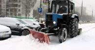 В Омске во время уборки снега трактор провалился в сугроб
