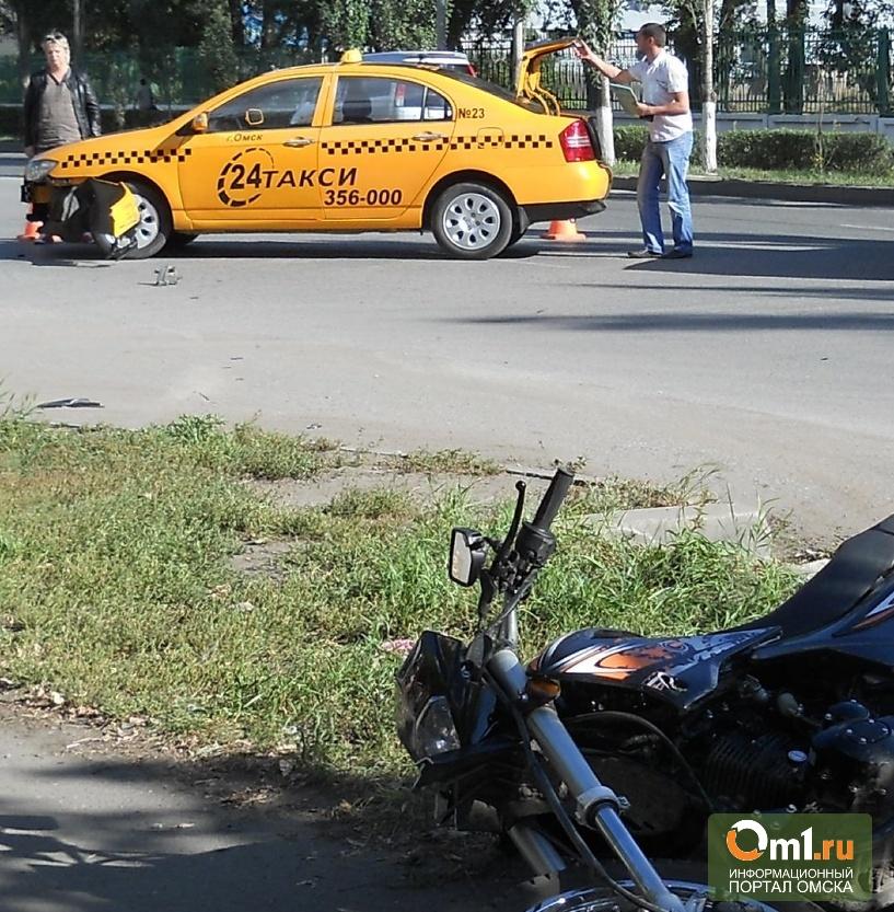 В Омске мотоциклист попал под колеса автомобиля