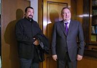 Рогозин попросил Стивена Сигала пролоббировать российское оружие на Западе