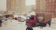 В Омске фура заблокировала движение по Кемеровской