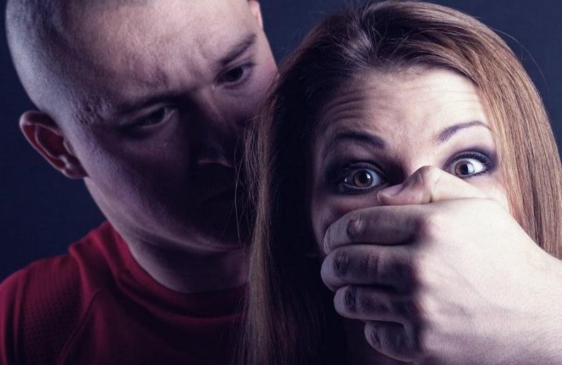 В Омске изнасиловали 20-летнюю девушку