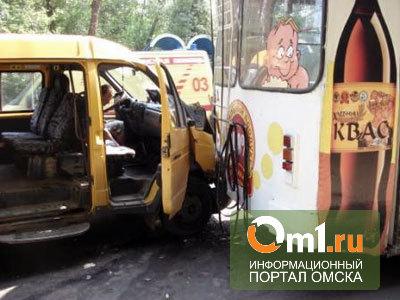 В Омске троллейбус врезался в маршрутку: двое пострадавших