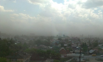 В Омск пришли дожди и ветер, сносящий шифер