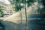 В Омске фонтан воды из теплотрассы выбил окна в пятиэтажке на Волкова