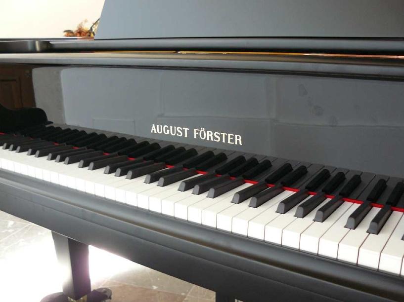 Омская школа искусств получила в подарок рояль, стоимостью около 500 000 рублей