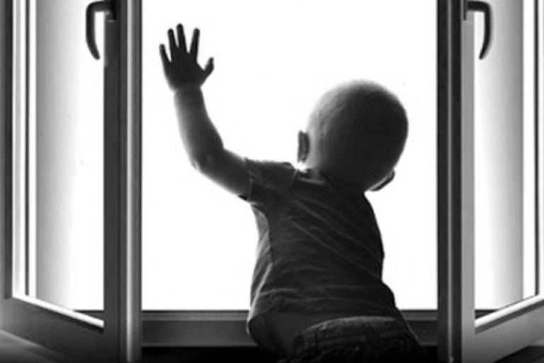 В Омске из окна второго этажа выпал 2-летний мальчик