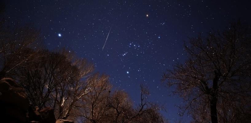 Рой метеоров с дымными хвостами: в декабре на Землю прольется звездный дождь