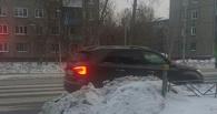 В Омске пешеходный переход заблокировали снежной горой