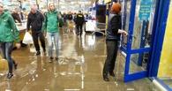 В Омске после дождя затопило гипермаркет «Лента»