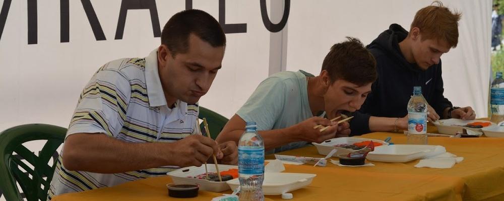 16 роллов за минуту: в Омске прошел чемпионат по поеданию суши