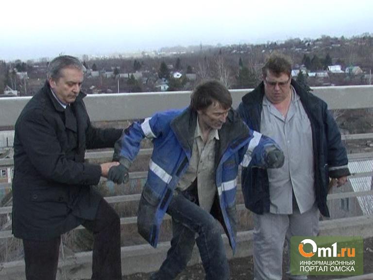 В Омске с «Горбатого» моста пытался спрыгнуть мужчина(ВИДЕО)