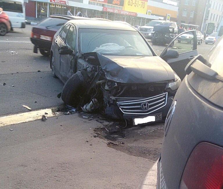 Авария в Омске в городке Нефтяников: два автомобиля сильно повреждены (фото)