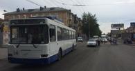 У женщины, попавшей под троллейбус в Омске, оторвало голову