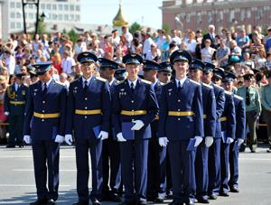 Молодые омские офицеры и кадеты провели выпускной на Соборной площади
