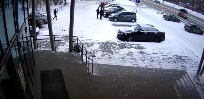 Омич сканирующим устройством вскрыл пять автомобилей и похитил полмиллиона рублей