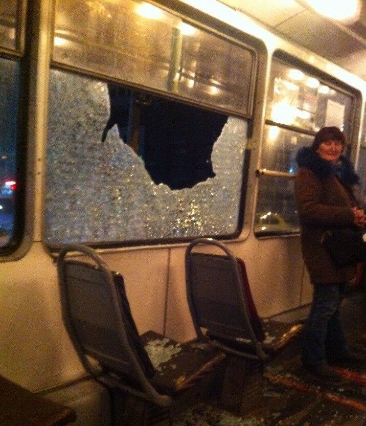 В Омске неизвестные обстреляли трамвай с людьми