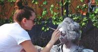 В Таре живую девушку превратили в омский памятник Любочке