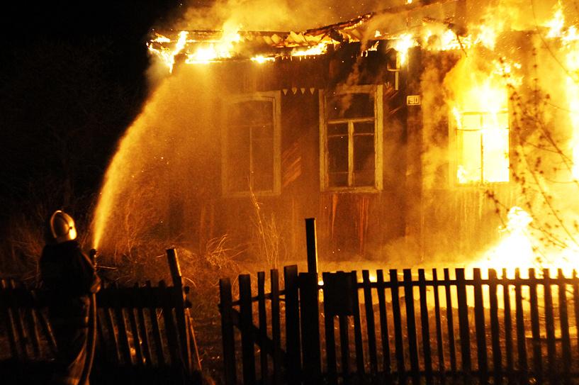 В Омске ночью сгорела дача