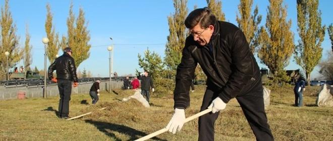 Мэр Омска Двораковский вышел в парк на общегородской субботник