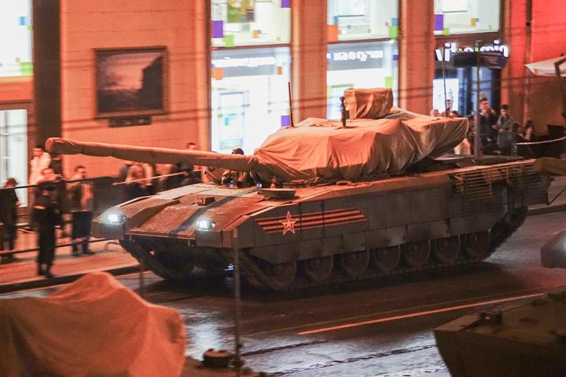 Десятки единиц боевой техники репетировали на Красной площади