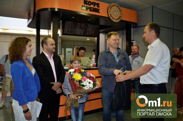 Первых улетевших в Мюнхен омичей в аэропорту накормили тортом