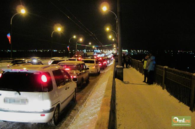 В Омске у Ленинградского моста появилась полоса непрерывного движения