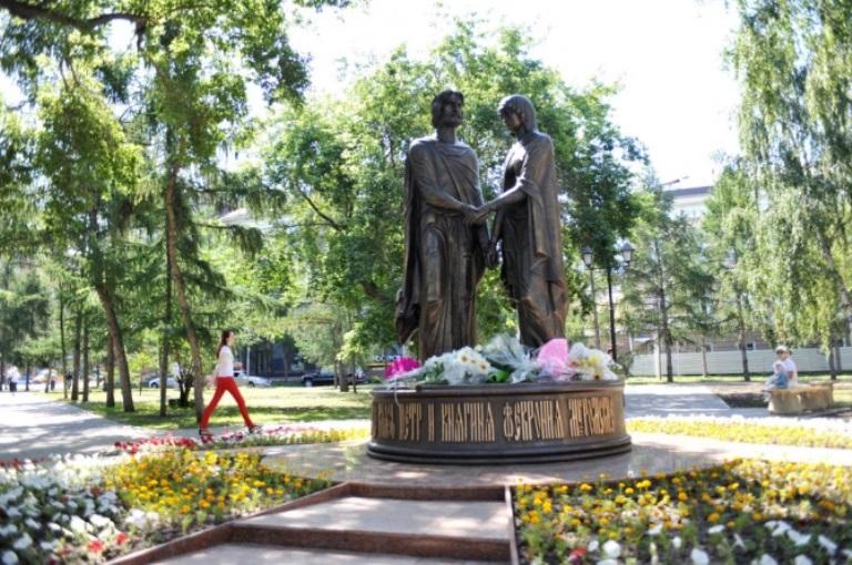 В День семьи, любви и верности омичей женили возле памятника Петру и Февронии