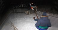 В Омске ночью оштрафовали водителя, катавшего человека в ледянке