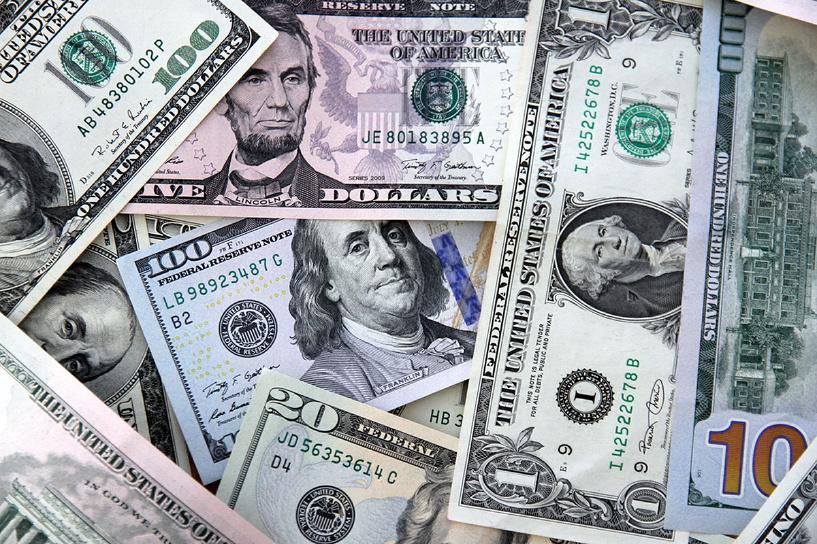 Цены на «черное золото» ниже — курс доллара выше: стоимость американской валюты превысила 57 рублей