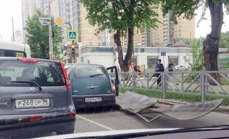 Сдул остановку, укатил тележку с мороженым: в Екатеринбурге разгулялся ветер