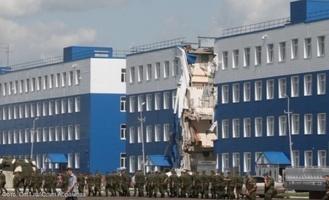 Семьям десантников, погибших в Омске при обрушении казармы, отказали в льготах