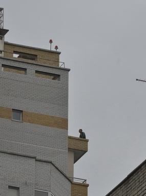 В Омске мужчина пытался спрыгнуть с 17 этажа