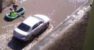 Омичи начали плавать по улицам на лодках