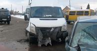 В Омске неопытный водитель выехал на встречку и врезался в маршрутку