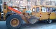 В Омске экскаватор воткнул ковш в маршрутку с пассажирами