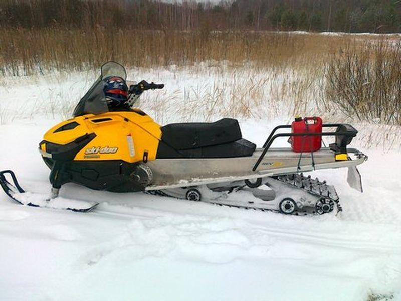 В Омской области отец с сыном уехали на снегоходе в лес и пропали