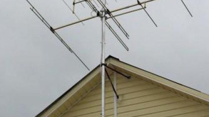 Омич упал с крыши, пытаясь починить антенну