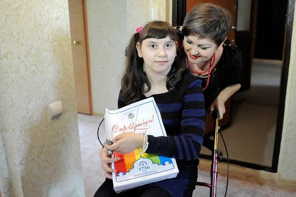 В Омске семье с ребенком-инвалидом выделили трехкомнатную квартиру