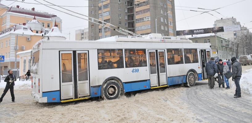В Омске 10 троллейбусов не могут выехать на маршрут