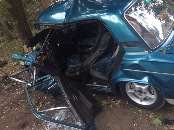 В Омске пьяный водитель «шестерки» протаранил дерево