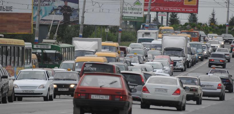 Пробки в Омске: дорожные работы на Конева и авария на площади Ленина