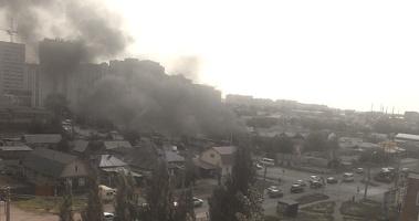 Три десятка пожарных тушат дом в Омске, на ул. 10 лет Октября