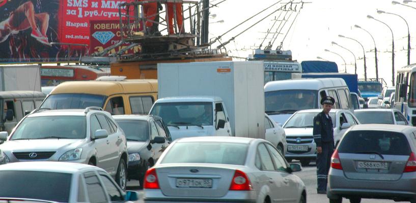 Пробки в Омске: Авария на Театральной площади и неработающий светофор на улице Герцена