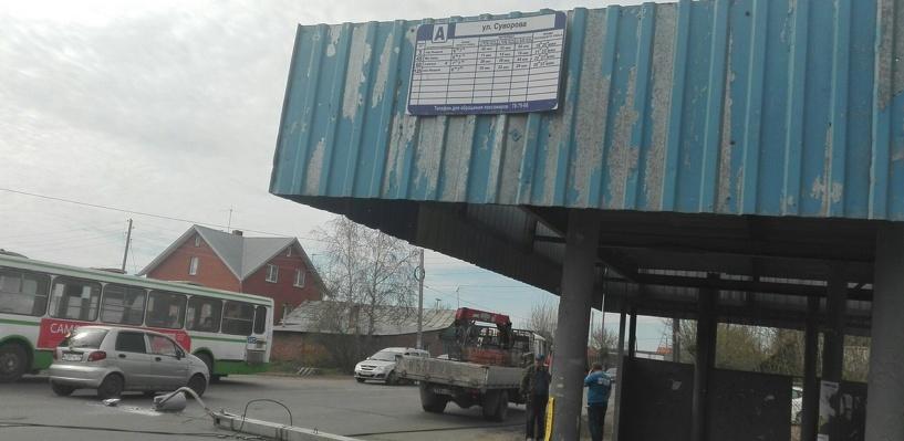 В Омске на дорогу рухнул столб