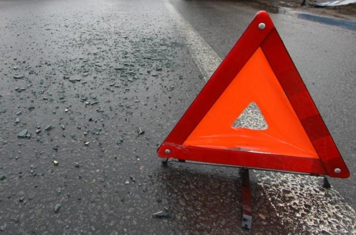 В Омской области водитель врезался в бетонную стену