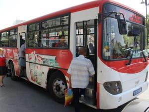 В Омске на остановке «Школа милиции» автобус наехал на пассажирку