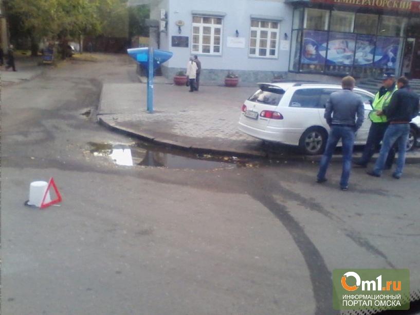 В Омске у «1000 мелочей» «Тойота» врезалась в рекламный щит