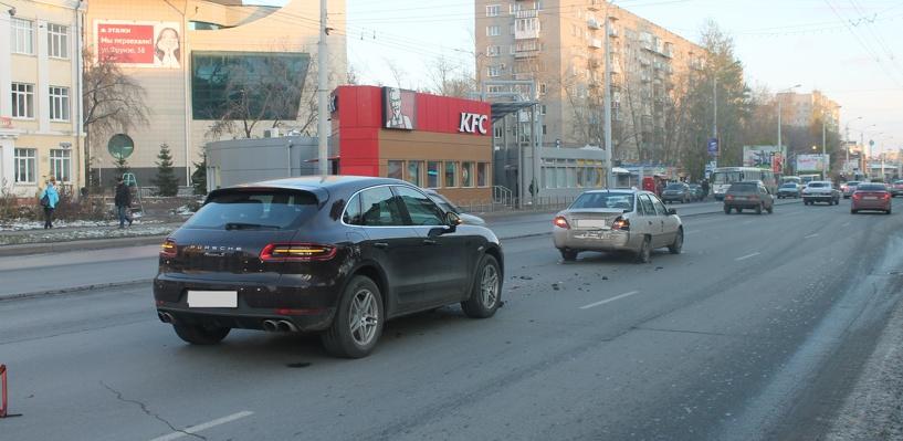 В Омске автоледи на черном Porsche «въехала» в Daewoo (фото)