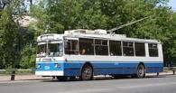 В центре Омска пассажиры толкали сломавшийся троллейбус