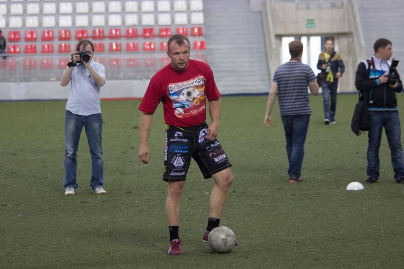 Омский боец Шлеменко обыграл Емельяненко в футбол с разгромным счетом